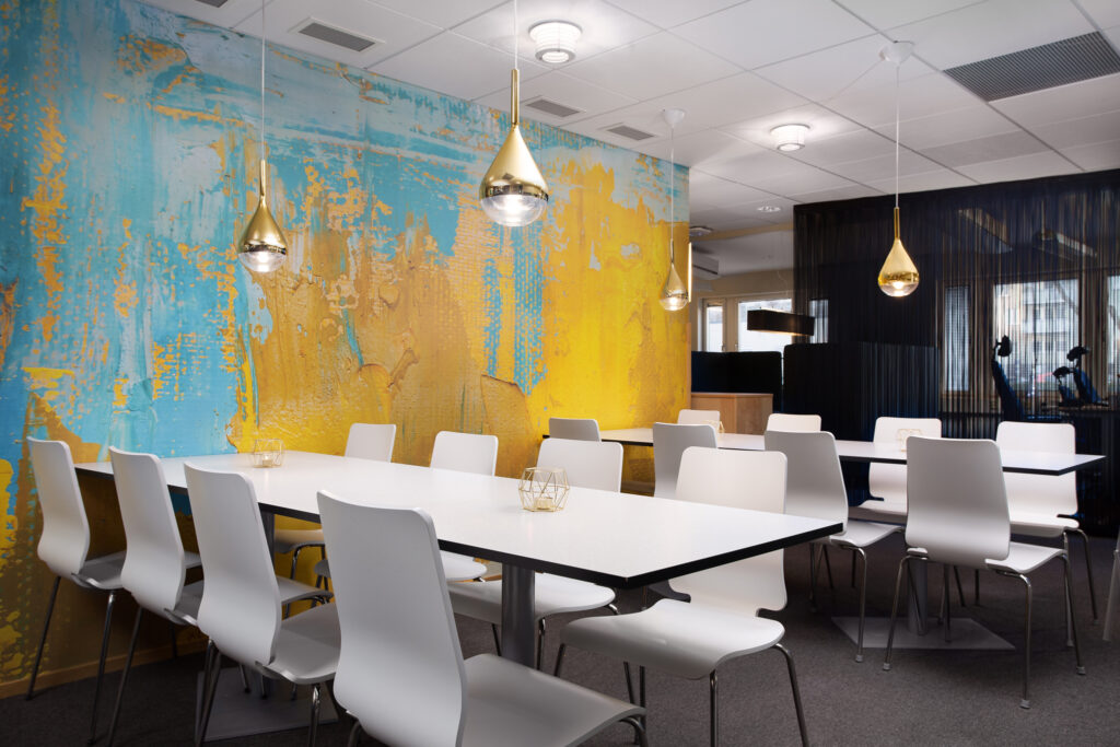 Hur tänker vi kring färg vid inredning för företag?